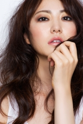 Ms. Rikomi is a Japanese & Asian mature beauty fashion model, she is wearing a white short-sleeved shirt, her height is 171 cm and she is tall, her style is very good.