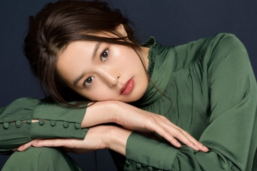 Ms. Sumiri is a tall Japanese & Asian fashion model, her height is 171 cm and she is tall, she is wearing a green clothes and her style is very good.