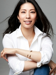 Ms. Yako used to be a member of Takarazuka Revue, and is currently a Japanese & Asian mature female fashion model & ballet coach, this photo is a promotional photo used in modeling work, she is wearing a white blouse and jeans, her height is 173 cm and she is tall, and her style is very good.