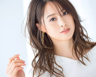 Ms. Sumiri is a tall Japanese & Asian fashion model, her height is 171 cm and she is tall, she is wearing a white shirt and her style is very good.