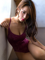 Ms. Asami is sitting, her bust is 89 cm, her breasts are relatively large, her figure is very graceful, and she is a sexually attractive woman, she is wearing a (purple swimsuit) Japanese & Asian sexy beauty breast gravure idol (swimwear model), she is a sexually attractive woman.