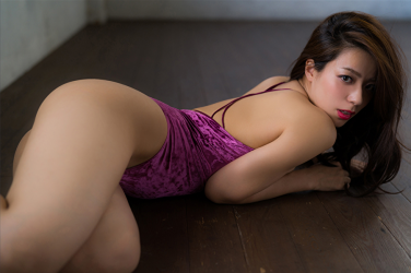 Ms. Asami is lying down, her bust is 89 cm, her breasts are relatively large, her figure is very graceful, she is a sexually attractive woman, she is wearing a (purple swimsuit) Japanese & Asian sexy beauty breast gravure idol (swimwear model), she is lying on the floor, she is a sexually attractive woman.